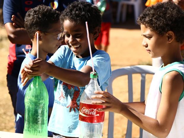 Crianças fazem experimento sobre Lei de Newton, com material reciclável (Foto: Charles Vieira/Divulgação)
