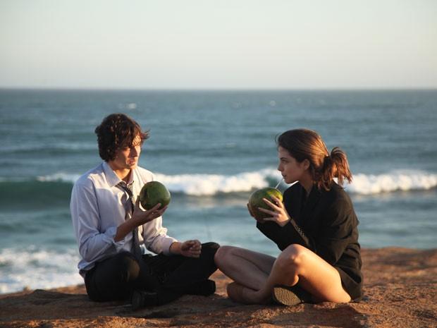 Novo casal de Malhação? Henrique e Bianca aproveitam o pôr do sol na praia (Foto: Carol Caminha/Gshow)