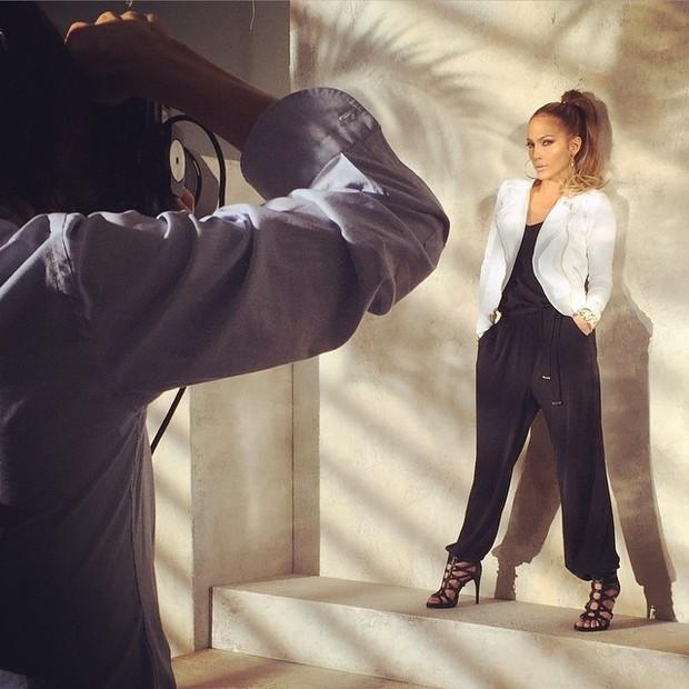 Jennifer Lopez posa para ensaio de moda (Foto: Instagram/ Reprodução)
