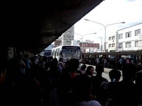População aguarda ônibus extras para fazerem as linhas impactadas com a paralisação (Foto: Tássio Andrade/G1)