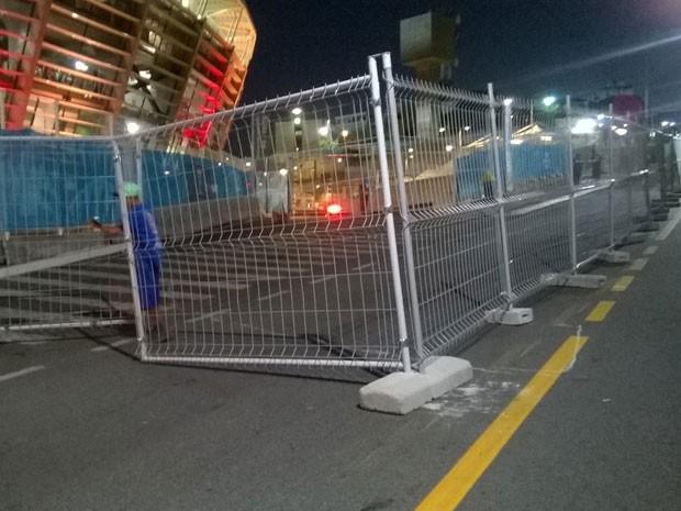 Ingressos ou credenciais de jogo são pedidos no entorno da Arena Fonte Nova, em Salvador (Foto: Henrique Mendes/G1 BA)