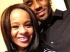 Filha de Whitney Houston confirma noivado com irmão de criação