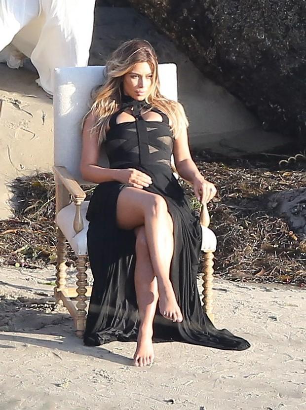 X17 - Kim Kardashain durante ensaio na praia de Malibu, em Los Angeles, nos Estados Unidos (Foto: X17/ Agência)