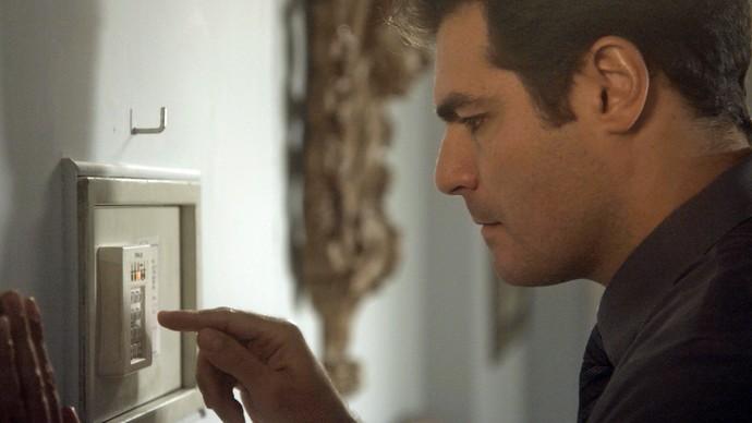Ciro abre o cobre e o encontra vazio (Foto: TV Globo)