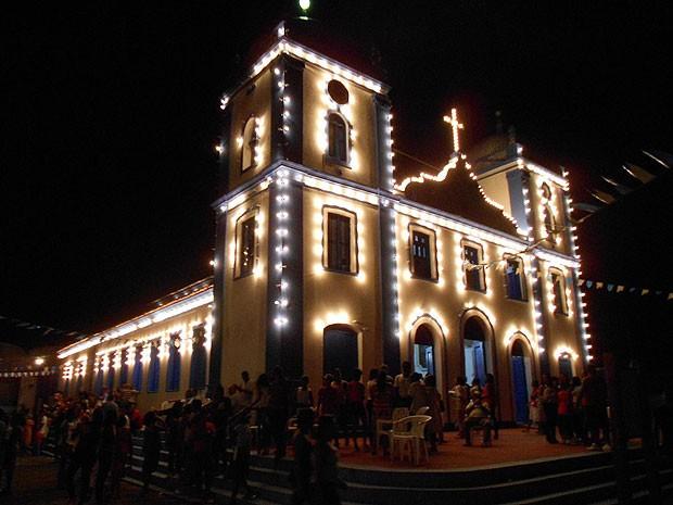 Igreja do Amparo iluminada durante festejos em comemoração à Padroeira de Valença (Foto: Ariane Mendes / Arquivo Pessoal)