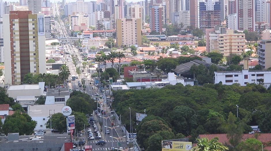 A capital cearense, Fortaleza, é a 13ª cidade da lista. Ela tem dois pontos fortes: o tempo para a ligação de energia elétrica, cerca de cinco dias, e a mobilidade urbana – os trabalhadores demoram 30 minutos para chegar ao trabalho.  (Foto: WikiCommons)