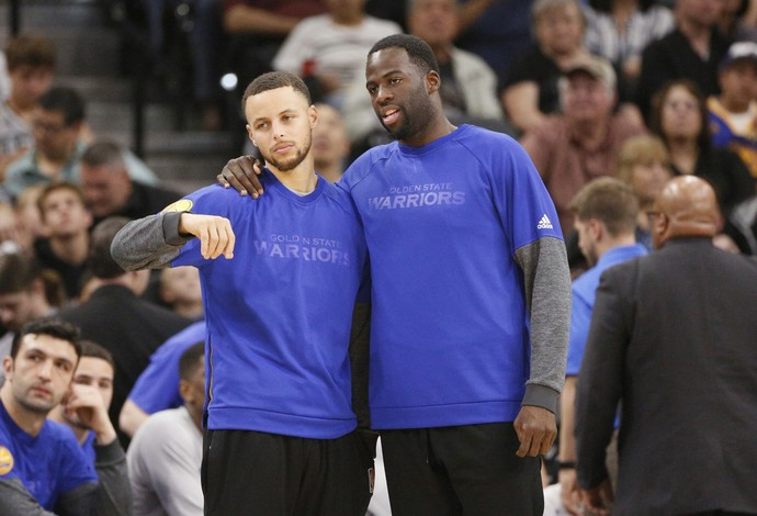 Curry e Thompson ficaram o tempo inteiro no banco (Foto: Reuters)
