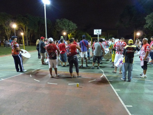 Bateria da Embaixadores da Alegria também ensaia na praça  (Foto: Fernando Castro/ G1)