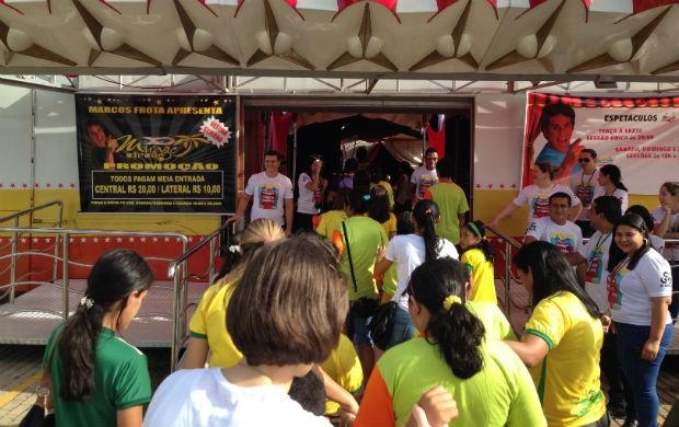 As pessoas entrando no circo (Foto: Celso Kato/TV Amapá)