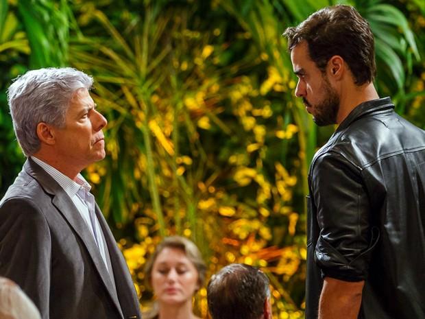 Enrico encara o pai  (Foto: Artur Meninea/TV Globo)