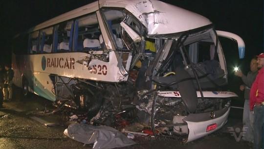 Acidente na Régis Bittencourt deixa uma pessoa morta e ônibus destruído
