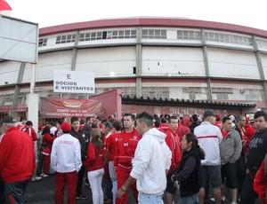 Torcedores formam fila, mas ficam sem ingressos (Foto: Diego Guichard/GloboEsporte.com)