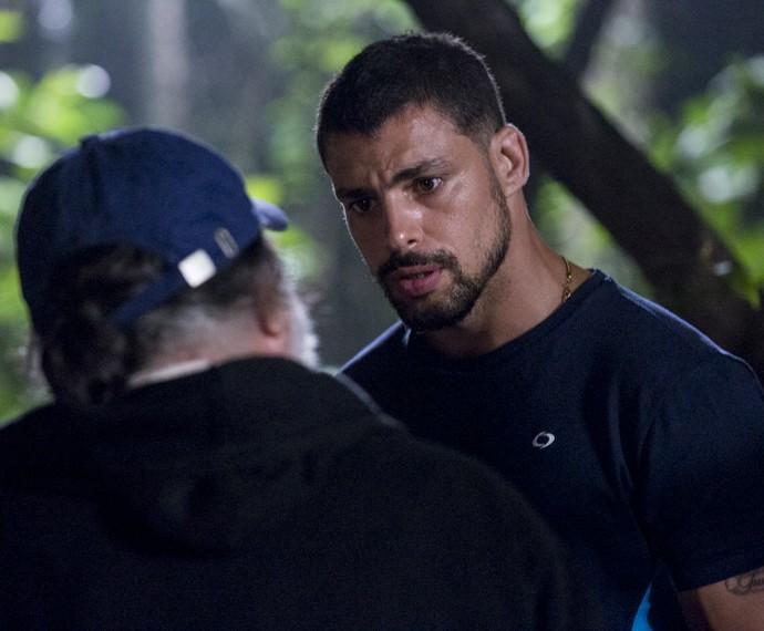 Juliano encontra Zé Maria e o coloca contra a parede (Foto: Ellen Soares/Gshow)
