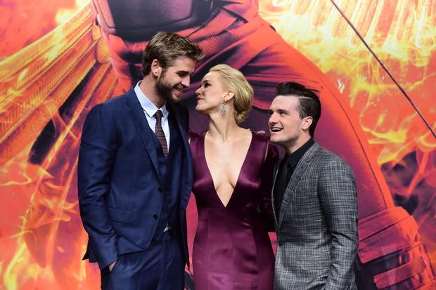Liam Hemsworth, Jennifer Lawrence e Josh Hutcherson na pré-estreia de Jogos Vorazes: A Esperança - Parte 2, em Berlim (Foto: AFP)