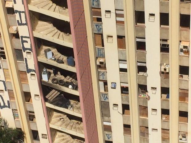 Invasores de hotel abandonado no centro de Brasília colocaram pneus, botijões de gás e colchões nos andares mais altos do prédio (Foto: Gabriel Luiz/G1)