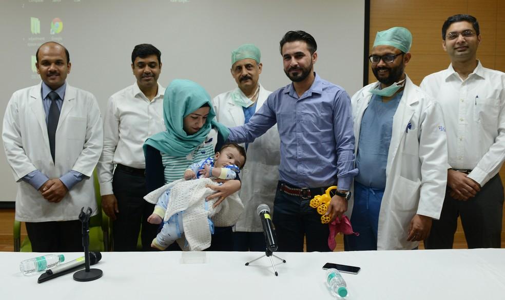 Mãe de Karam e equipe média que o operou concedem coldtiva de imprensa em hospital de Noida, neste sábado (14) (Foto: Money SHARMA / AFP)