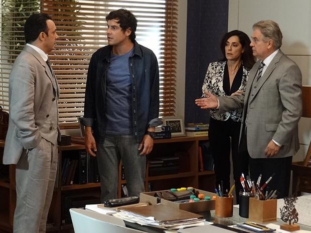 Castilho conversa com Caíque e Maria Inês e Escobar se assustam (Foto: Rodrigo Brisolla/Gshow)