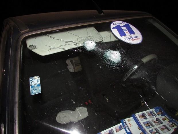 Marcas de disparos no para-brisa do carro dos candidatos a prefeito e vice de Braga (Foto: Divulgação/Observador Regional)