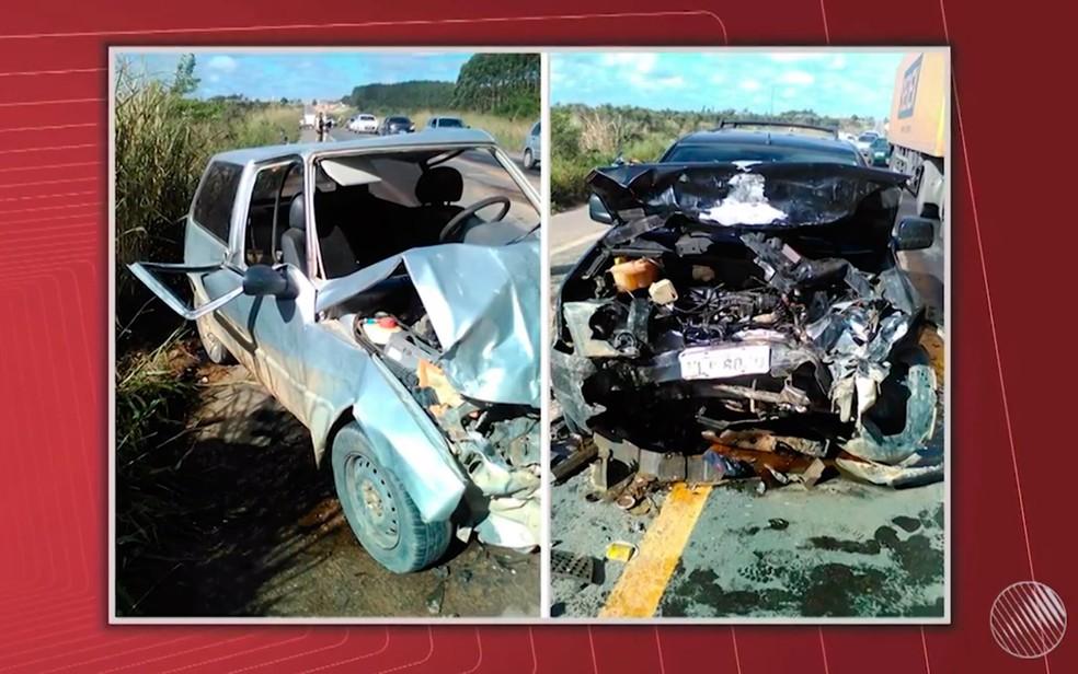 Carros ficaram destruídos após colisão no sul da Bahia (Foto: Reprodução/TV Santa Cruz)