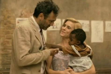Mundo (Domingos Montaigner), Iolanda (Carolina Dieckmann) e o bebê (Foto: TV Globo)