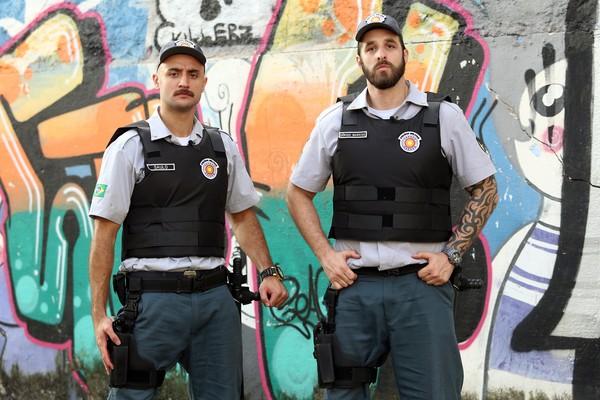 Evandro e Rafinha são os policiais Cabo Saulo e Tenente Sérgio na série que estreia dia 25 de julho (Foto: Edu Viana/ Multishow)