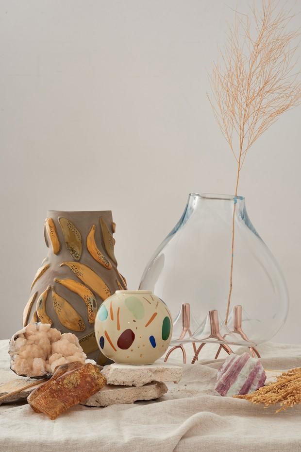 A partir da esquerda: vaso Banana, da coleção Alquimias, de Paula Juchem; Bola, da linha Caminhos, de Cynthia Gyuru; e Mangue, de Carol Gay (Foto: Divulgação)