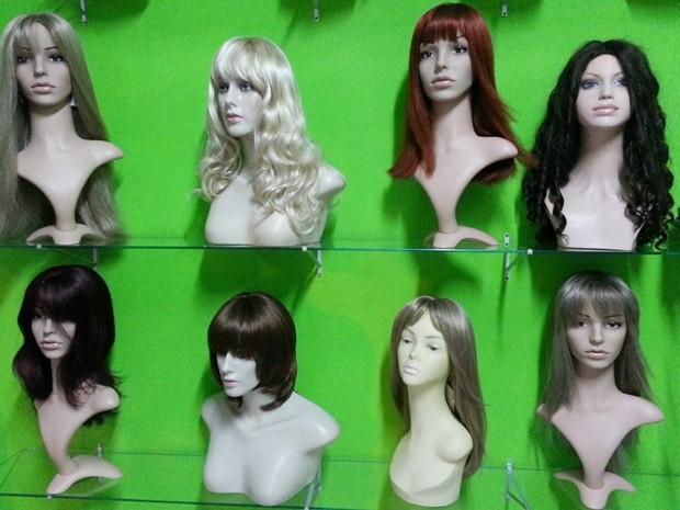 Mulheres buscam praticidade usando perucas em Divinópolis (Foto: Anna Lúcia Silva/ G1)