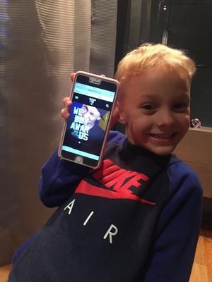 Davi Lucca, filho de Neymar, posa com celular conectado ao site oficial do pai (Foto: Reprodução)