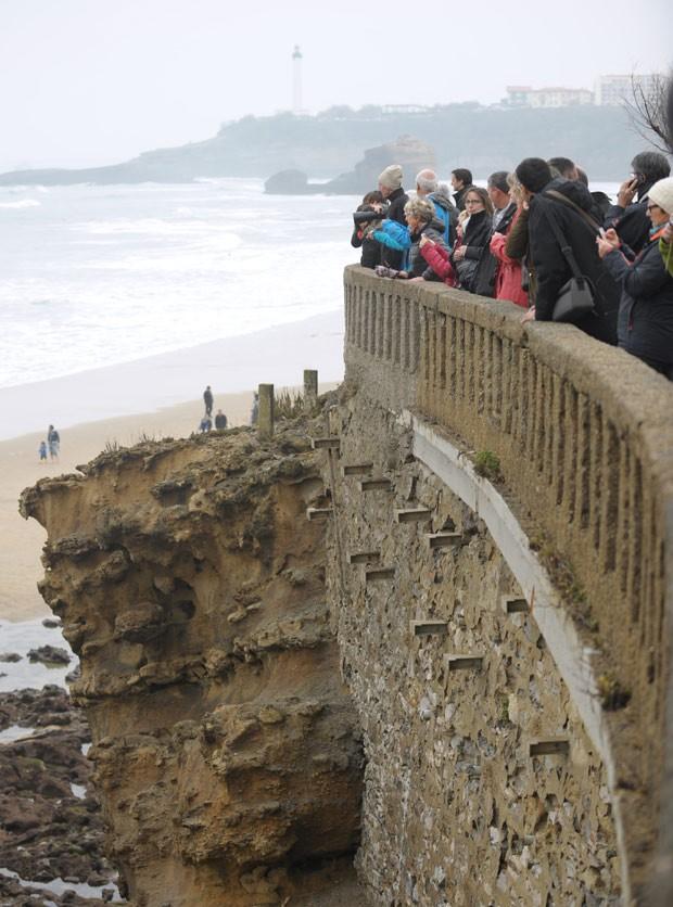 Visitantes se reúnem na costa da cidade de Biarritz para observar a maré do século neste sábado  (Foto: AFP Photo/Gaizka Iroz)