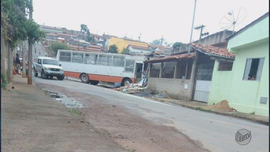 Motorista atinge a própria casa com ônibus durante manobra em MG