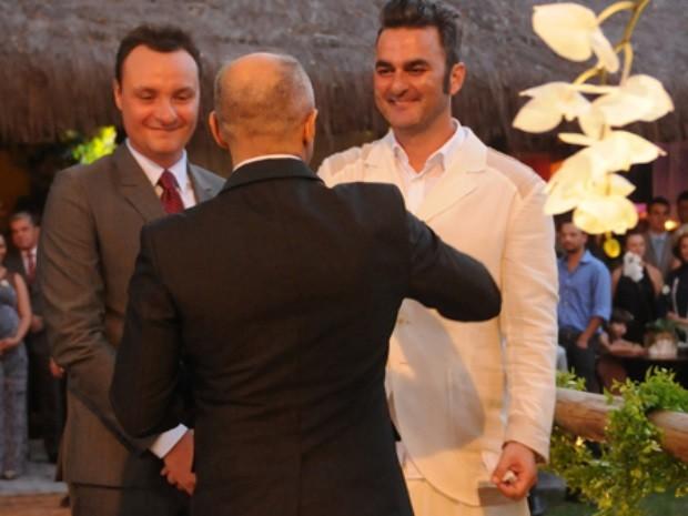 Padre César Garcia deu benção ao casal Leo Romano e Marcelo Trento em Goiânia, Goiás (Foto: Leo Romano/Arquivo pessoal)