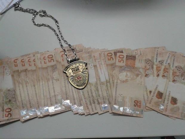 Dinheiro apreendido durante operação da Polícia Civil em Montes Claros (Foto: Michelly Oda/G1)