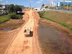 Lagoa no Imbuí é aterrada para construção de ponte para trilhos do metrô (Foto: Henrique Mendes / G1)
