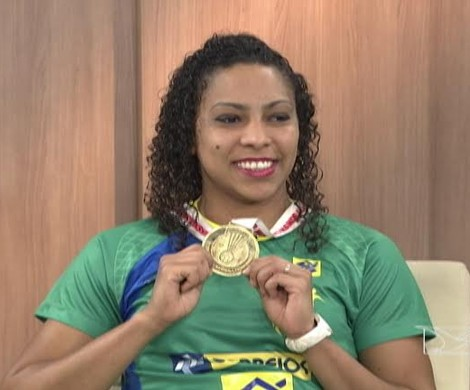 Ana Paula exibe conquista que marcou a história do esporte (Foto: Reprodução/TV Mirante)