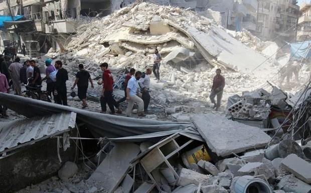 Ataques em bairros rebeldes se intensificaram desde terça-feir (Foto: Abdalrhman Ismail/Reuters)