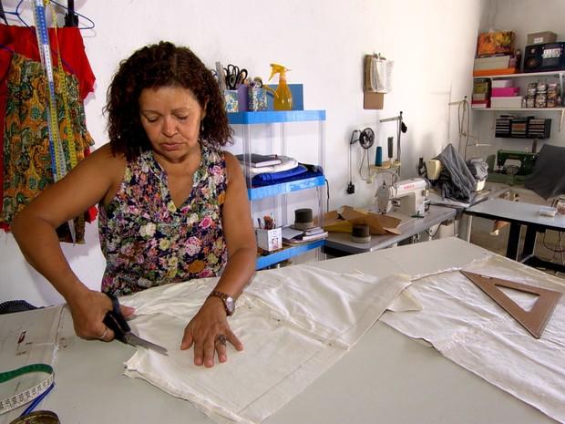Dona Íris, diarista de costura, passou a ter mais trabalho com a crise (Grep) (Foto: Globo Repórter)