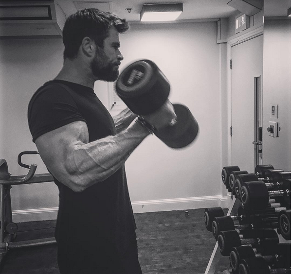 O ator Chris Hemsworth malhando (Foto: Instagram)
