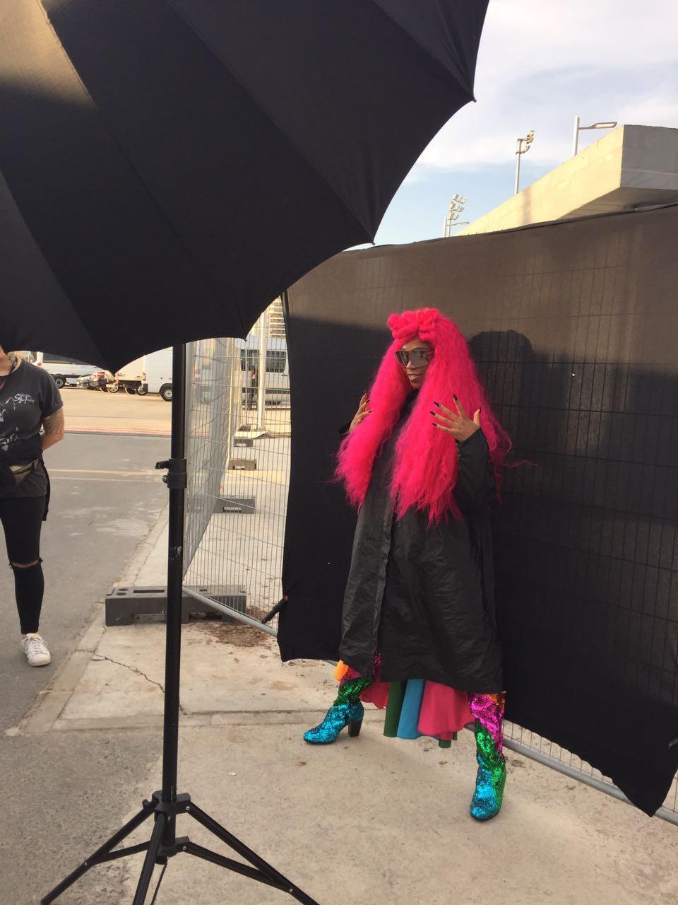 Com peruco rosa, Karol esconde look surpresa sob casaco preto, mesmo com todo o calor que fez na Cidade do Rock (Foto: Patricia Laureano / Multishow)