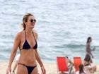 Letícia Birkheuer leva filho à praia no Rio com direito a banho de mangueira