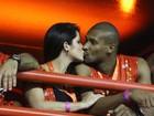 Famosos trocam beijos e mais beijos no desfile das campeãs, no Rio
