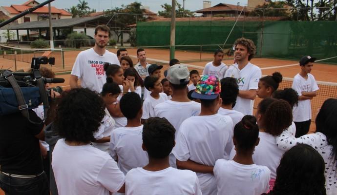 Guga, Splitter e as crianças dos projetos sociais  (Foto: Foto: Sidney Garambone)