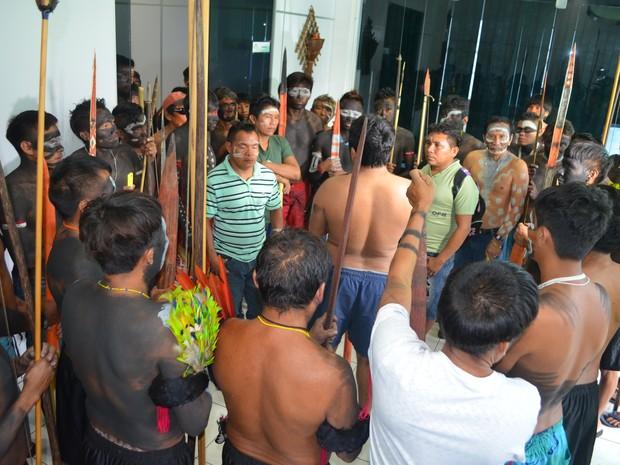 Índios se reuniram na manhã desta terça-feira (27) na Secretaria Especial de Saúde Indígena, no Centro de Boa Vista (Foto: Emily Costa/ G1 RR)