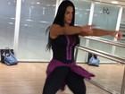Gracyanne Barbosa relembra época de dançarina em aula na academia