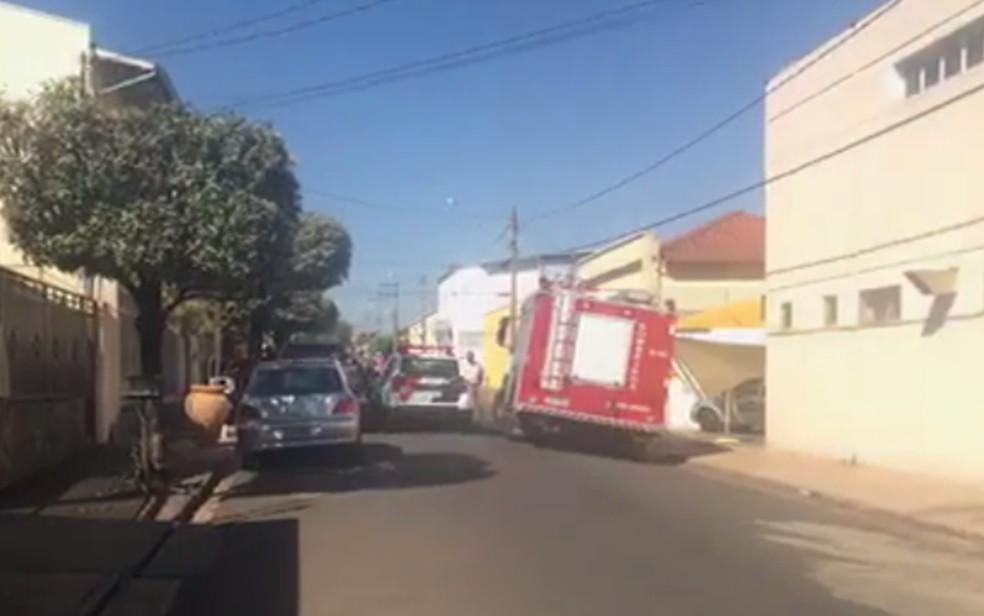 Polícias Civil, Militar e Científica, além dos bombeiros estão no local do crime (Foto: Leonardo Concon)