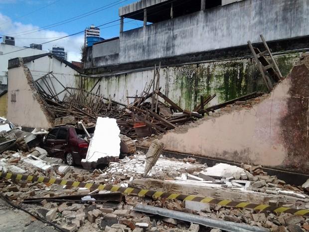 Imóvel desaba e atinge veículo na Bahia (Foto: Davidson Samuel/Blog Pimenta)