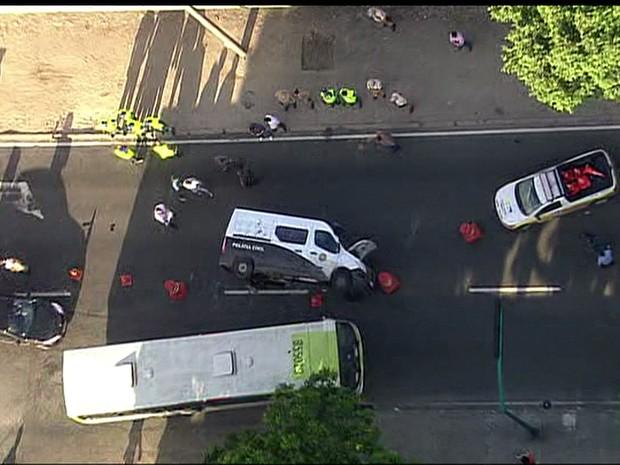 Van da polícia tombou na via (Foto: Reprodução / TV Globo)