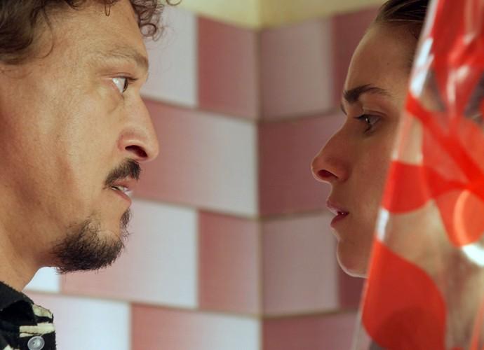 Tina e Oziel se olham cheios de desejo (Foto: TV Globo)