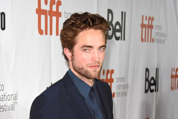 Robert Pattinson pode ter um dos salários mais altos de Hollywood, mas o ator revelou ter comprado todos os seus carros em sites voltados para a venda de produtos mais baratos e usados. (Foto: Getty Images)