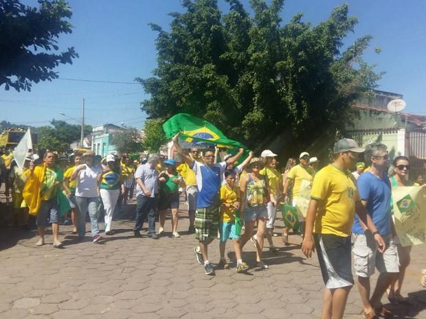 Corumbaenses saem às ruas em manifesto contra o governo federal (Foto: Laura Toledo/ TV Morena)
