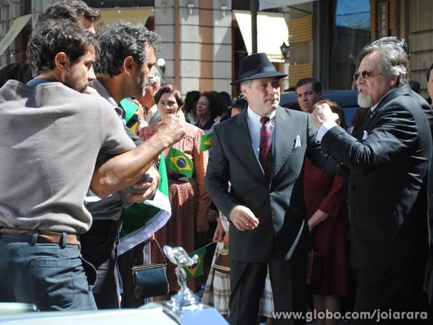 Ernest e Mundo se encontram em meio à comemoração do fim da guerra e brigam feio (Foto: Joia Rara/ TV Globo)
